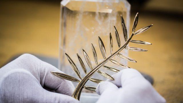 Mano de artesano con palma de oro