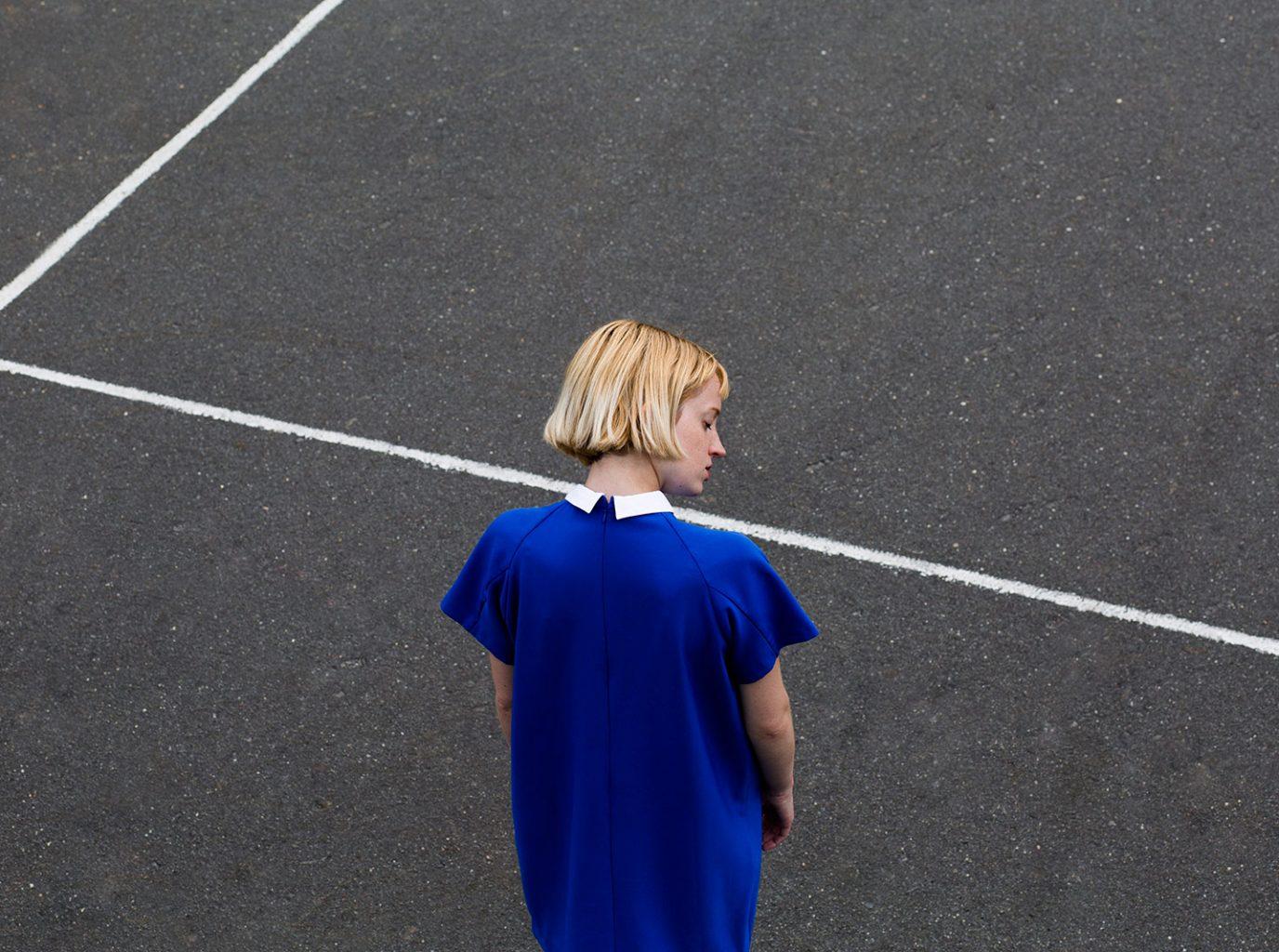 Chica con vestido azul en la calle