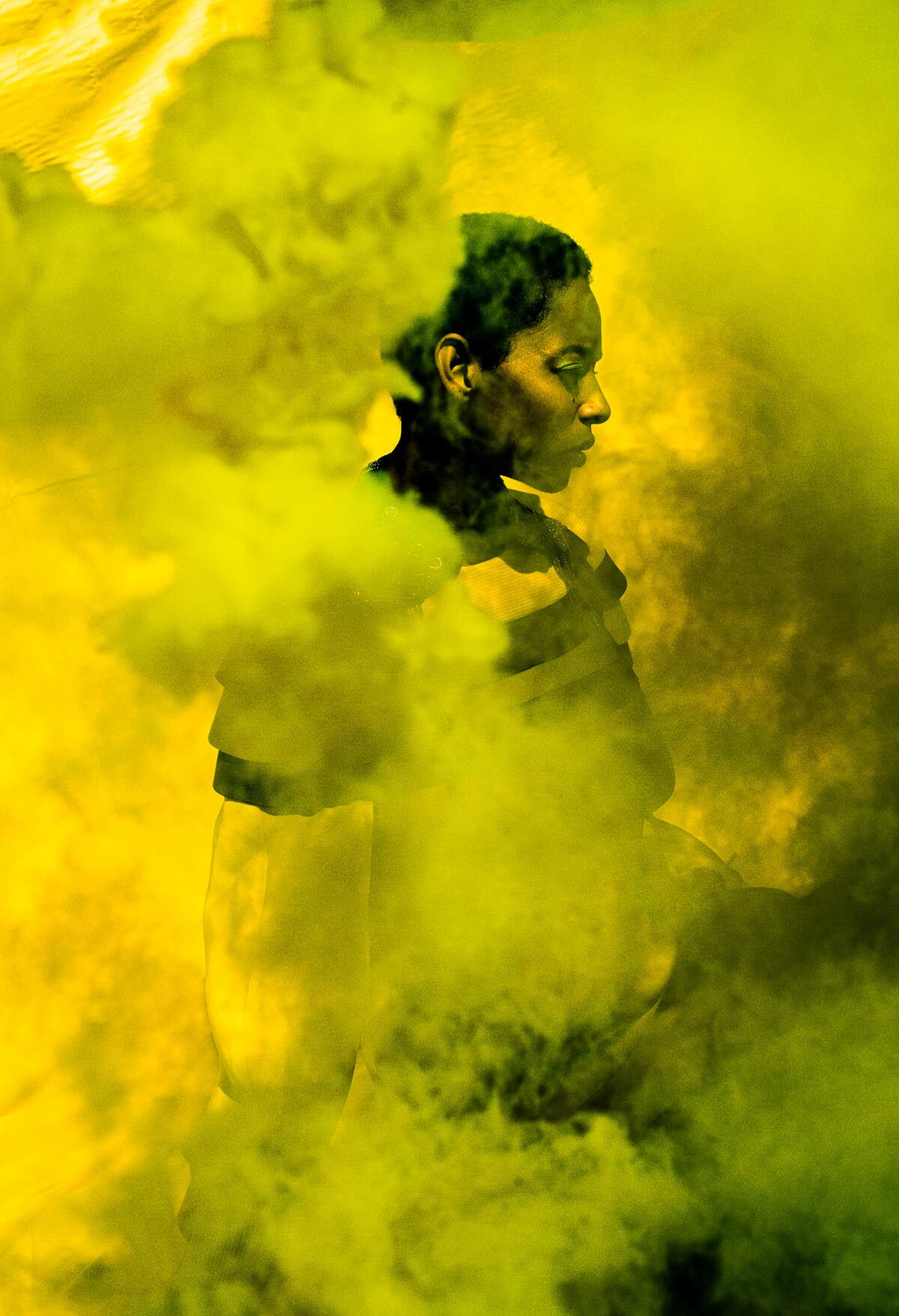 donna in velo giallo