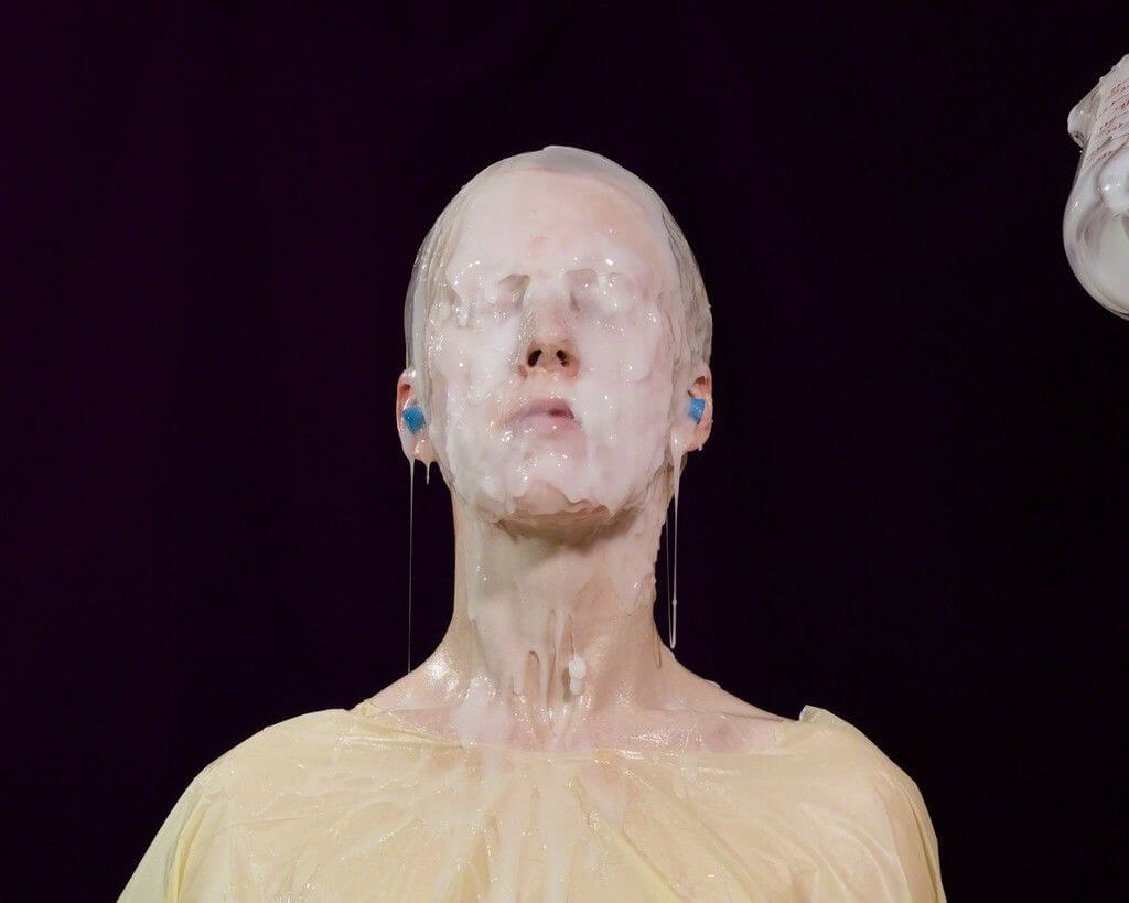 mujer con silicona