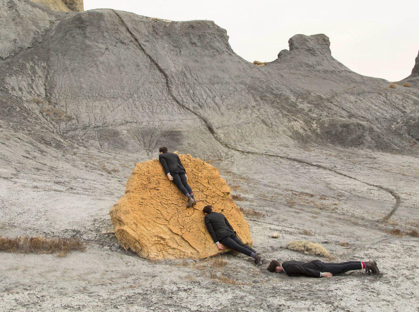 Hombre en una roca amarilla