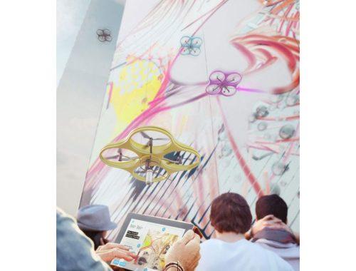 hombrer controlando un dron para pintar una pared