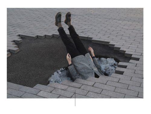 Man ondergedompeld in de straatvloer