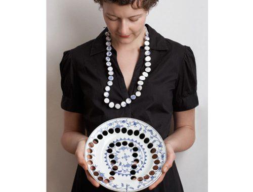 Modelo con joyería de cerámica
