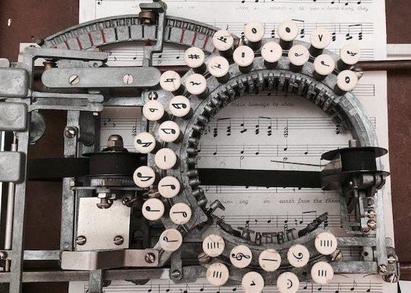 macchina da scrivere con tastiera circolare
