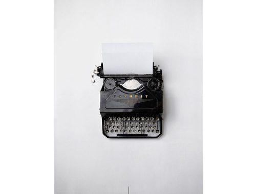 Maquina de escribir en fondo gris