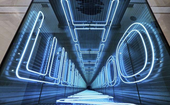 Corridoio con luci al neon