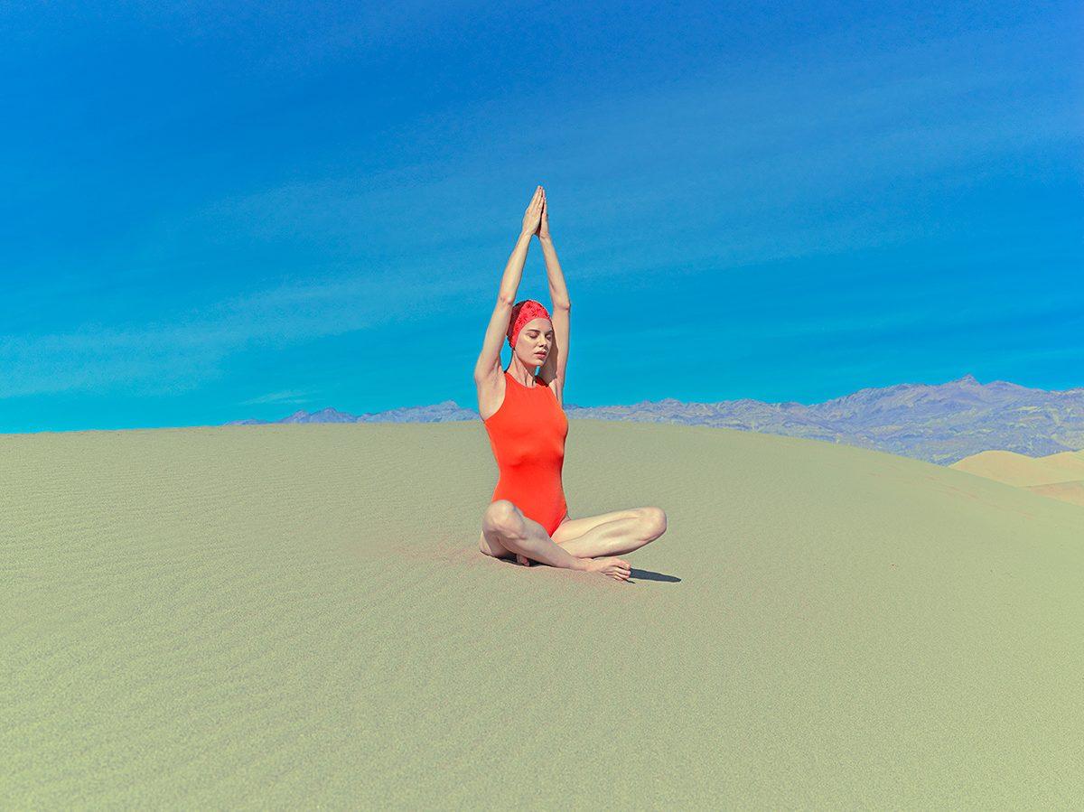 Κορίτσι με κόκκινο μαγιό στην άμμο