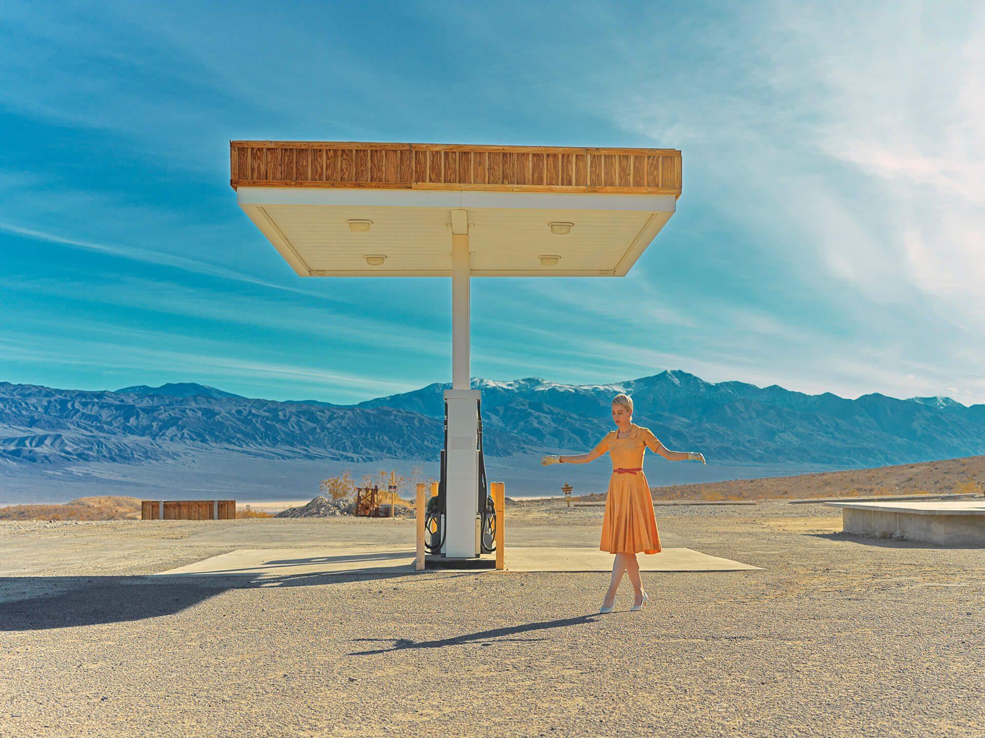 Jente i gul kjole på bensinstasjon