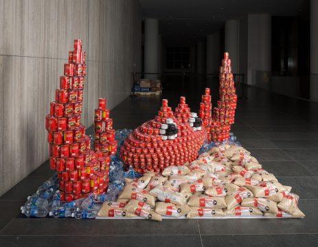 Escultura con latas de cangrejo