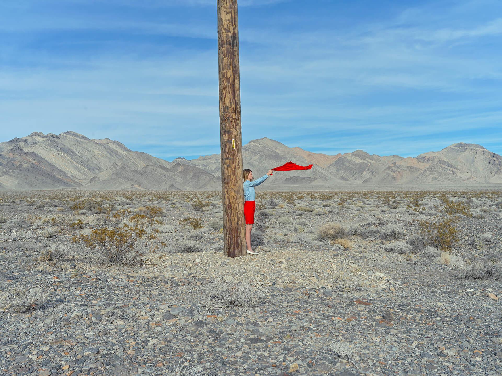 Jente med rødt skjerf