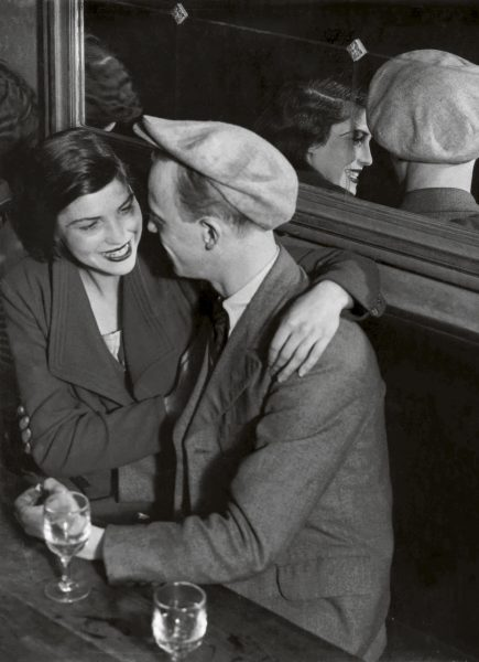 Fotografia de pareja en bar de Brassai