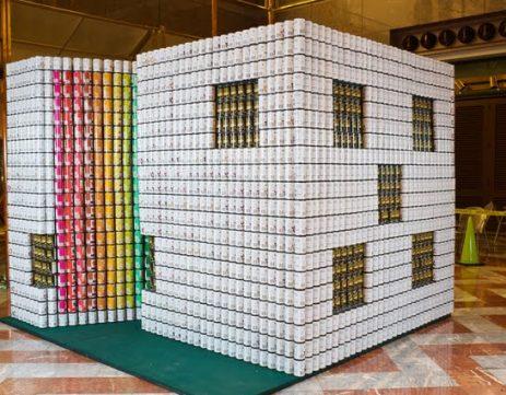Escultura con latas de una casa