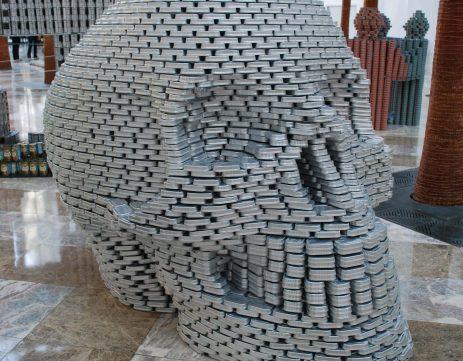 Escultura con latas de craneo