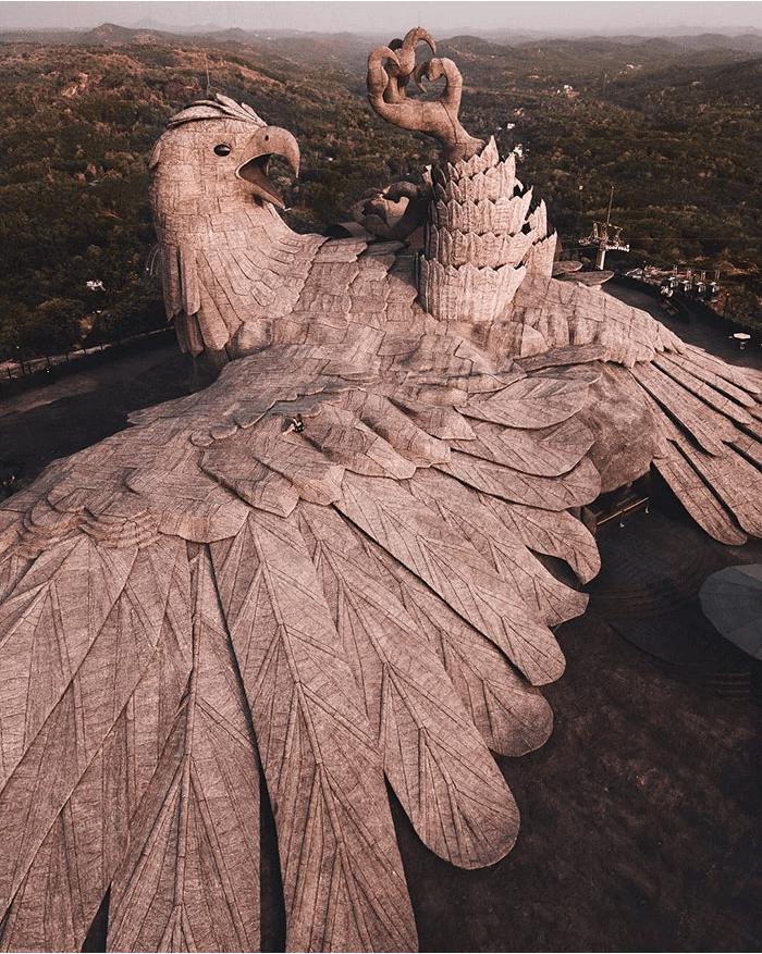 भारत में एक बाज की मूर्ति के करीब