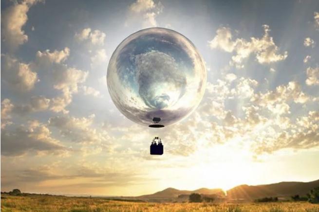एक सनी क्षेत्र के परिदृश्य के साथ एरोस्टेटिक गुब्बारे की तस्वीर
