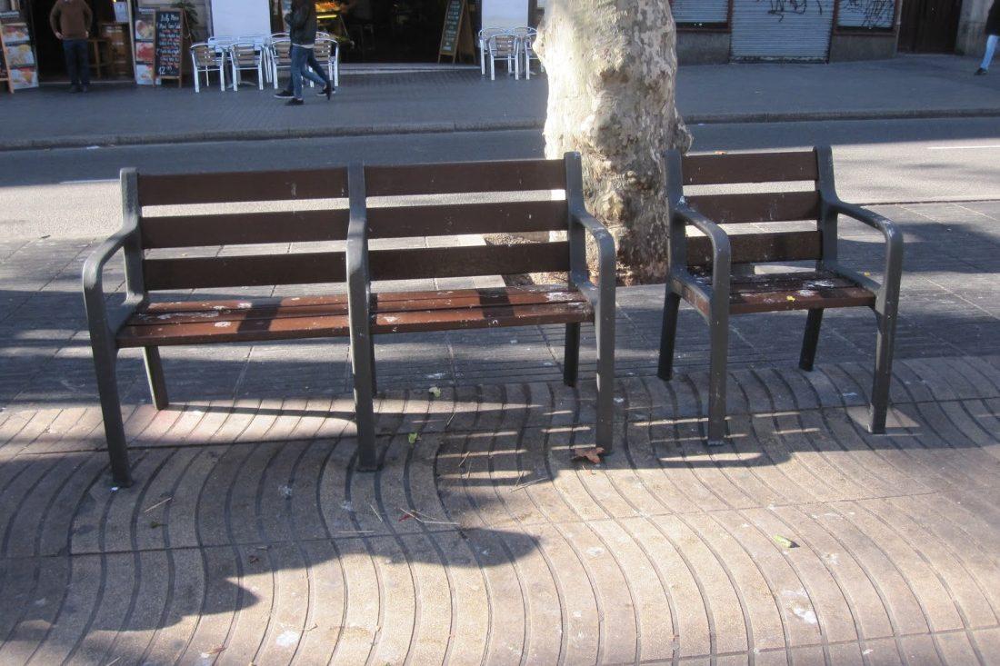 Sillas individuales en al calle
