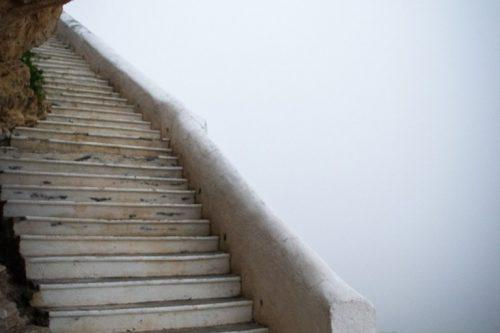 समुद्र तट पर सीढ़ियाँ