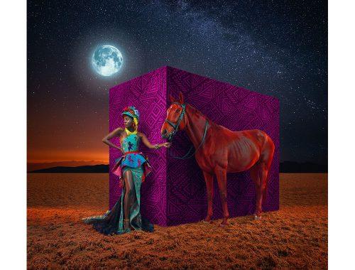 घोड़े के साथ महिला मॉडल