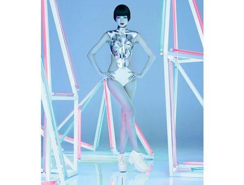 सफेद कपड़े और नीयन रोशनी के साथ मॉडल