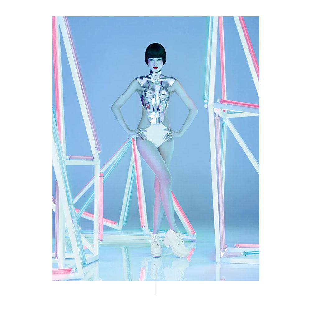 Modello con vestiti bianchi e luci al neon