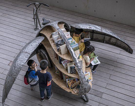 Niños leyendo en biblioteca movil lady bird