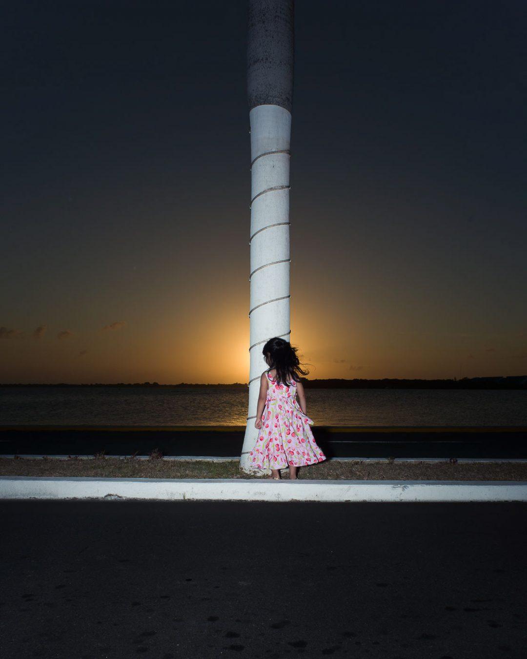 समुद्र तट पर ट्रंक में छोटी लड़की