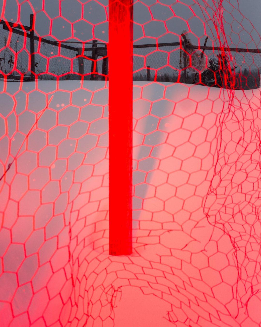 नेट के साथ बर्फ में लाल पोस्ट