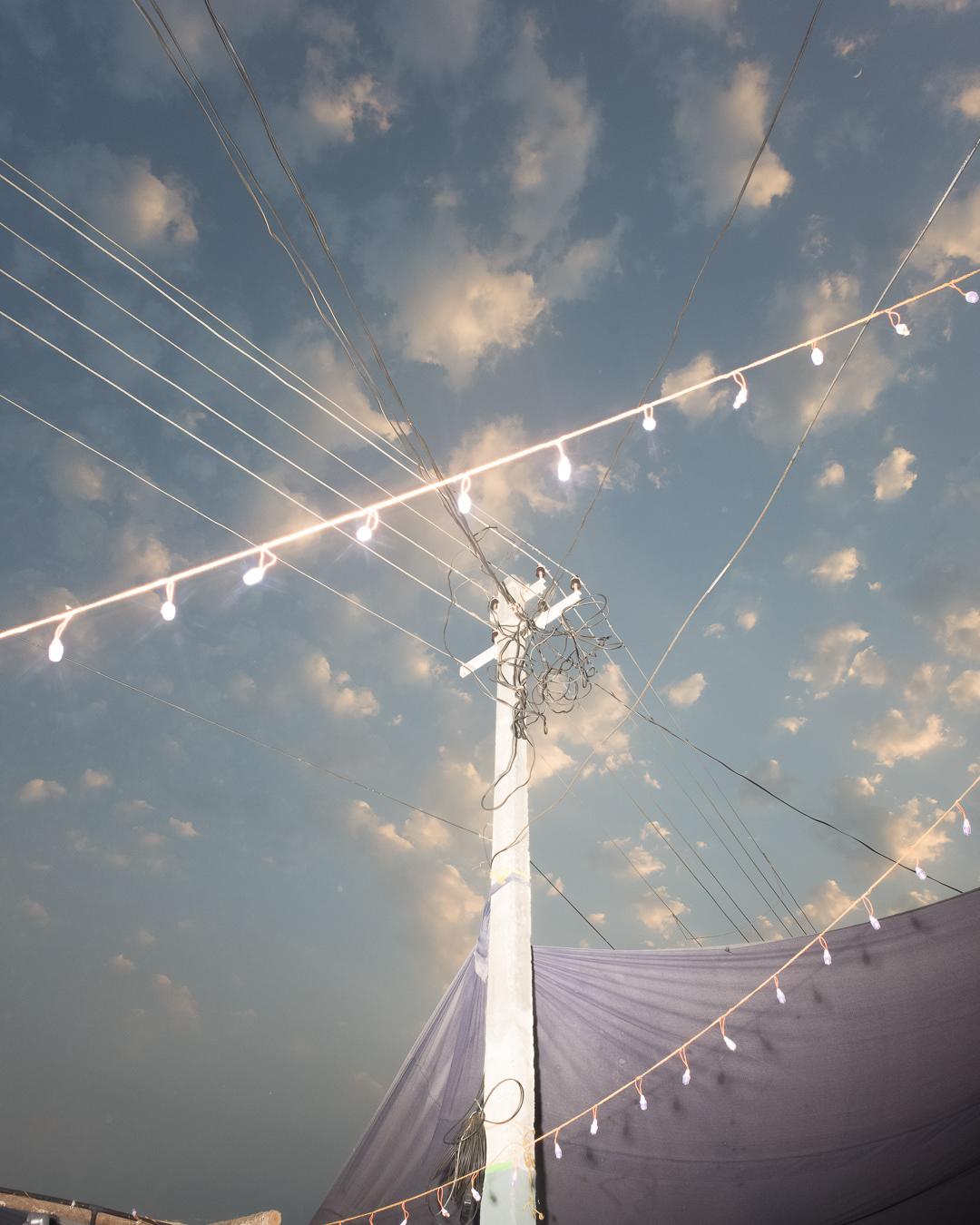 केबलों पर सफेद रोशनी