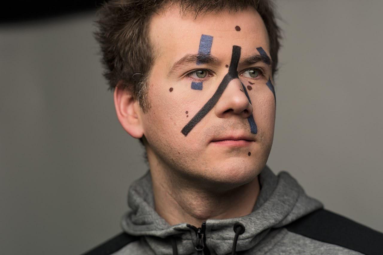 Man met kunstmatige make-up strips