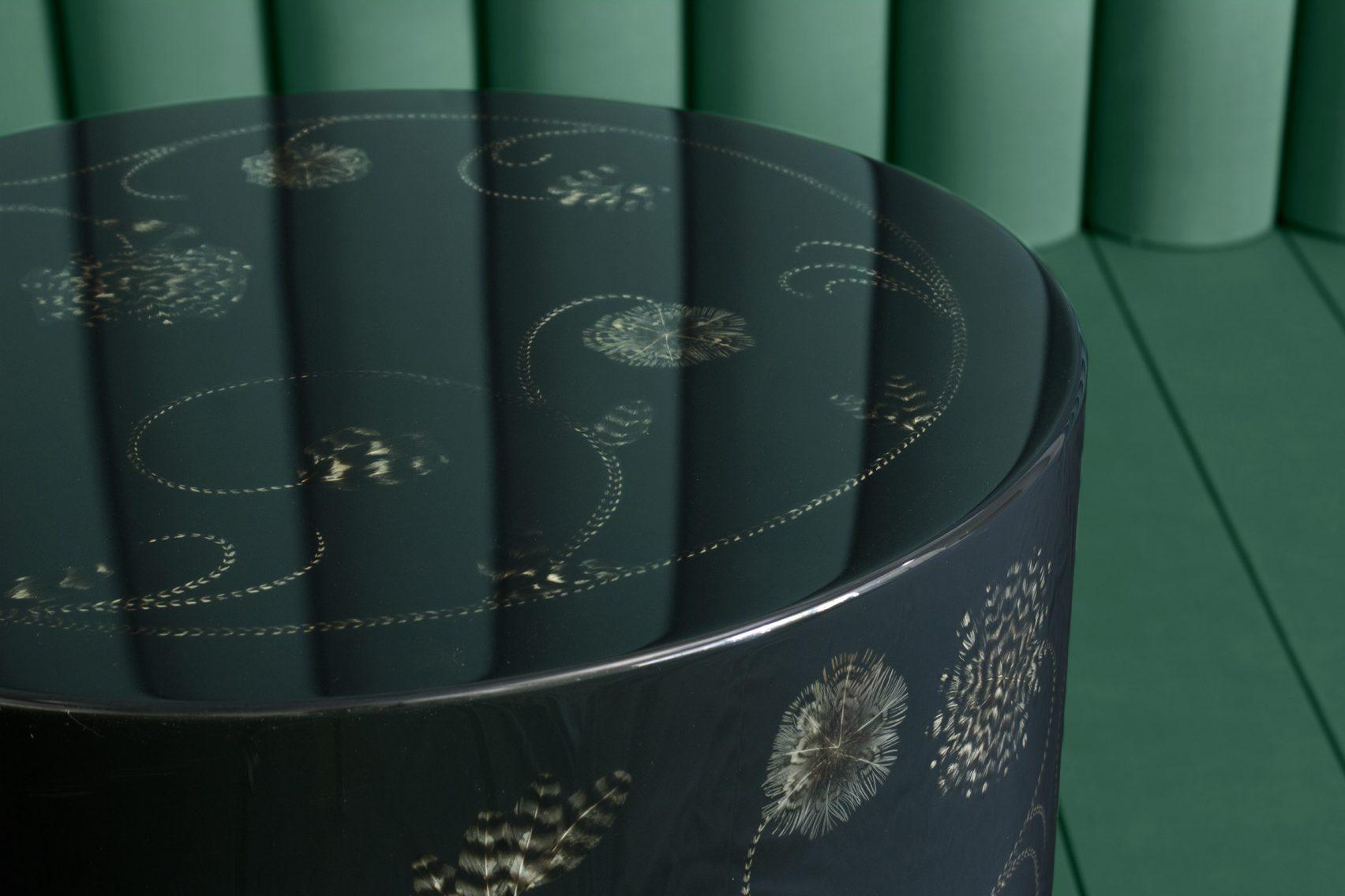 Mesa hecha de concha nacar con inscrustacion de plumas