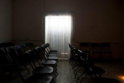 कुर्सियों के साथ प्रार्थना के लिए सैलून