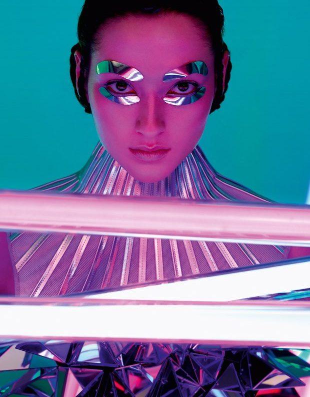 Modelo con parches y outfit en instalacion de colores neon
