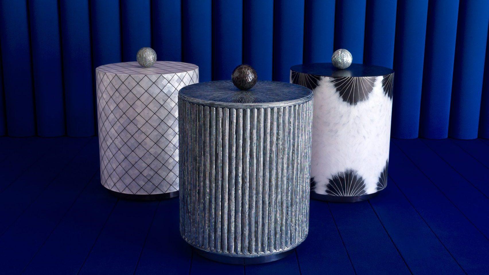 Taburetes grises, blancos y negros hechos de concha