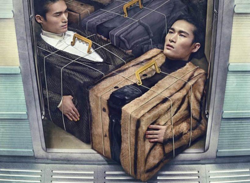 पुरुषों ने लिफ्ट में बॉक्स बनाए