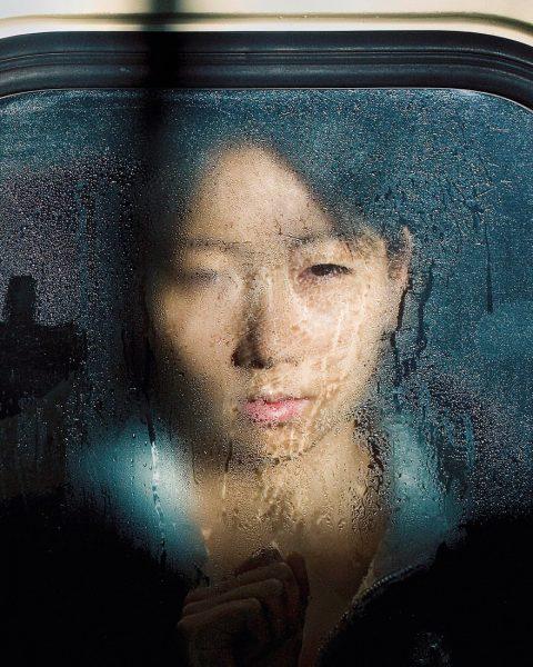 Mujer en el metro de Tokio por Michael Wolf