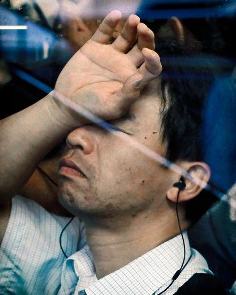 Hombre en el metro de Tokio retratado por Michael Wolf