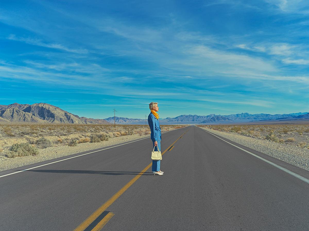 Κορίτσι σε μπλε κοστούμι στο δρόμο
