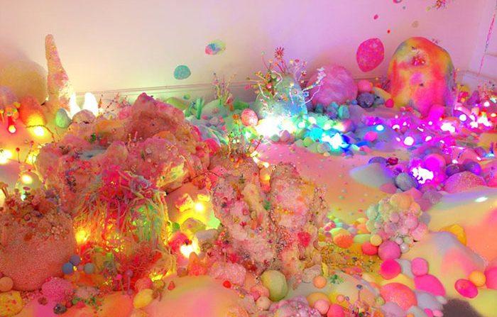 用闪闪发光的糖果做的艺术作品
