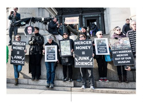अमेरिकन म्यूजियम ऑफ नेचुरल हिस्ट्री के बाहर लोगों ने विरोध किया