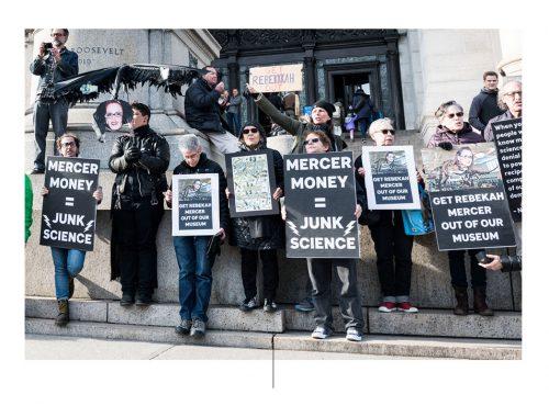 Personas protestan afuera del American Museum of Natural History