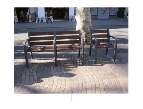 सड़क पर कुर्सियाँ