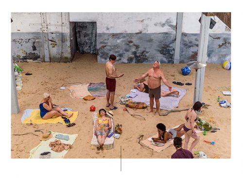 Personas en la playa en la Bienal de Venecia