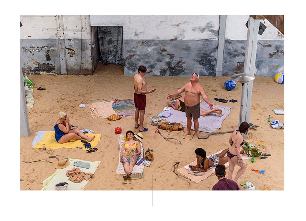 Mensen op het strand van de Biënnale van Venetië