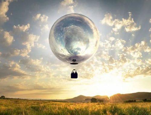 मैदानी परिदृश्य के साथ एयरोस्टेटिक गुब्बारे की तस्वीर