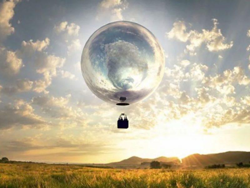 Foto av aerostatisk ballong med feltlandskap