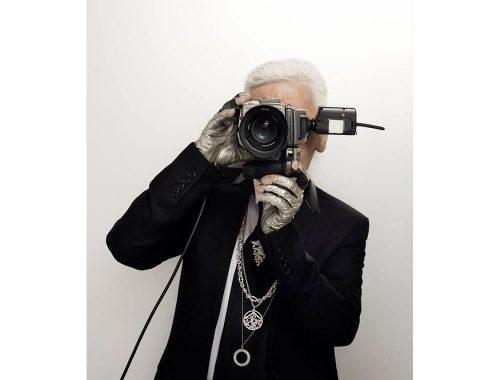 Karl Lagerfeld en posición para capturar una foto