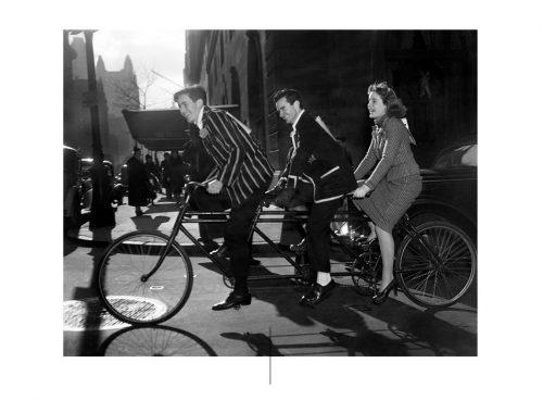 Roger Schafer,Anthony Duke和Mary Pinchot骑自行车