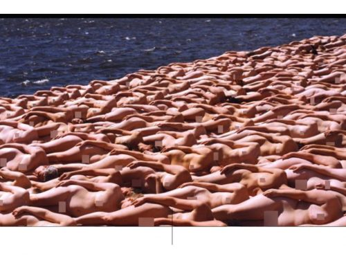 Nua no mar por Spencer Tunick