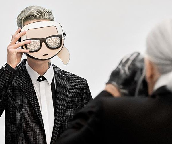 karl lagerfeld tomando foto modelo
